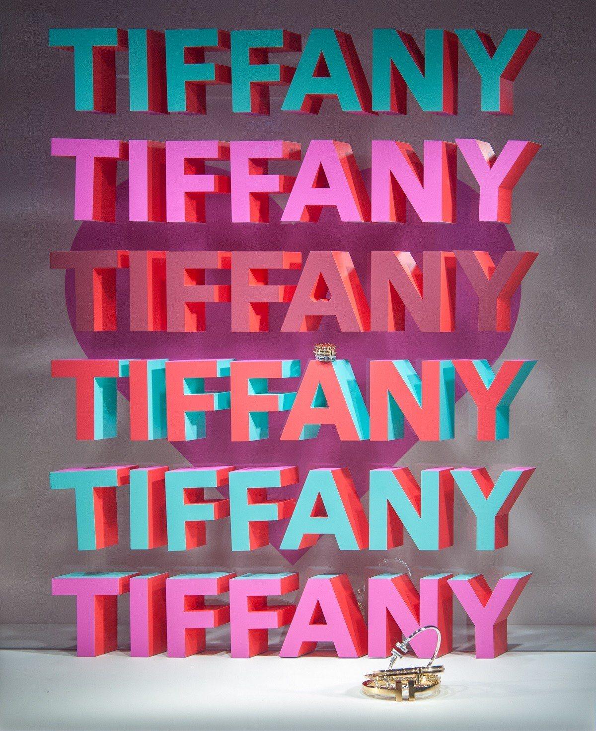 Tiffany的情人節櫥窗特別選定復古字體與配色,大膽表達熱戀心情 。圖/Tif...
