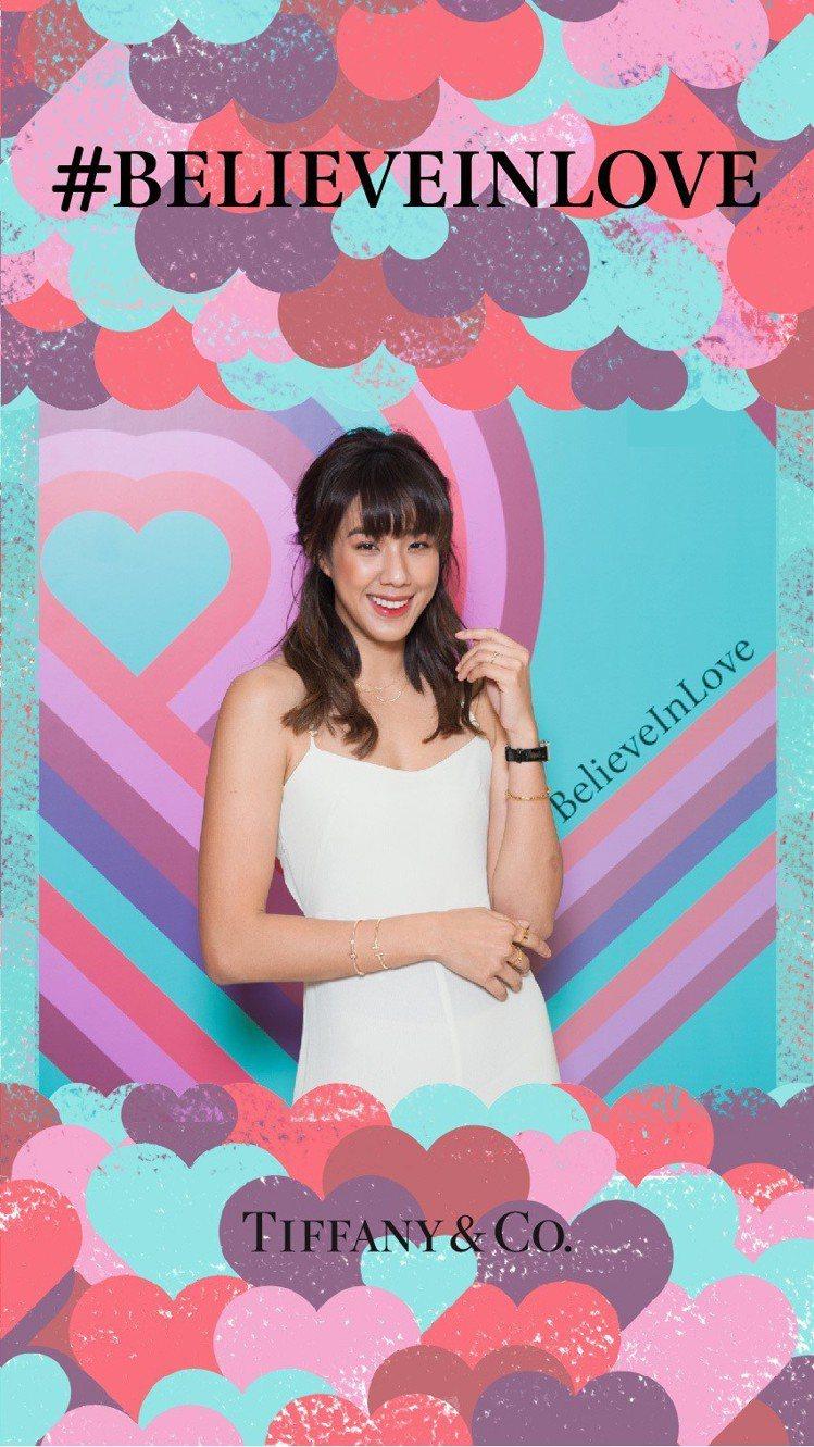 網路紅人An9lina體驗Tiffany線上情人節主題愛心圖案相框。圖/Tiff...