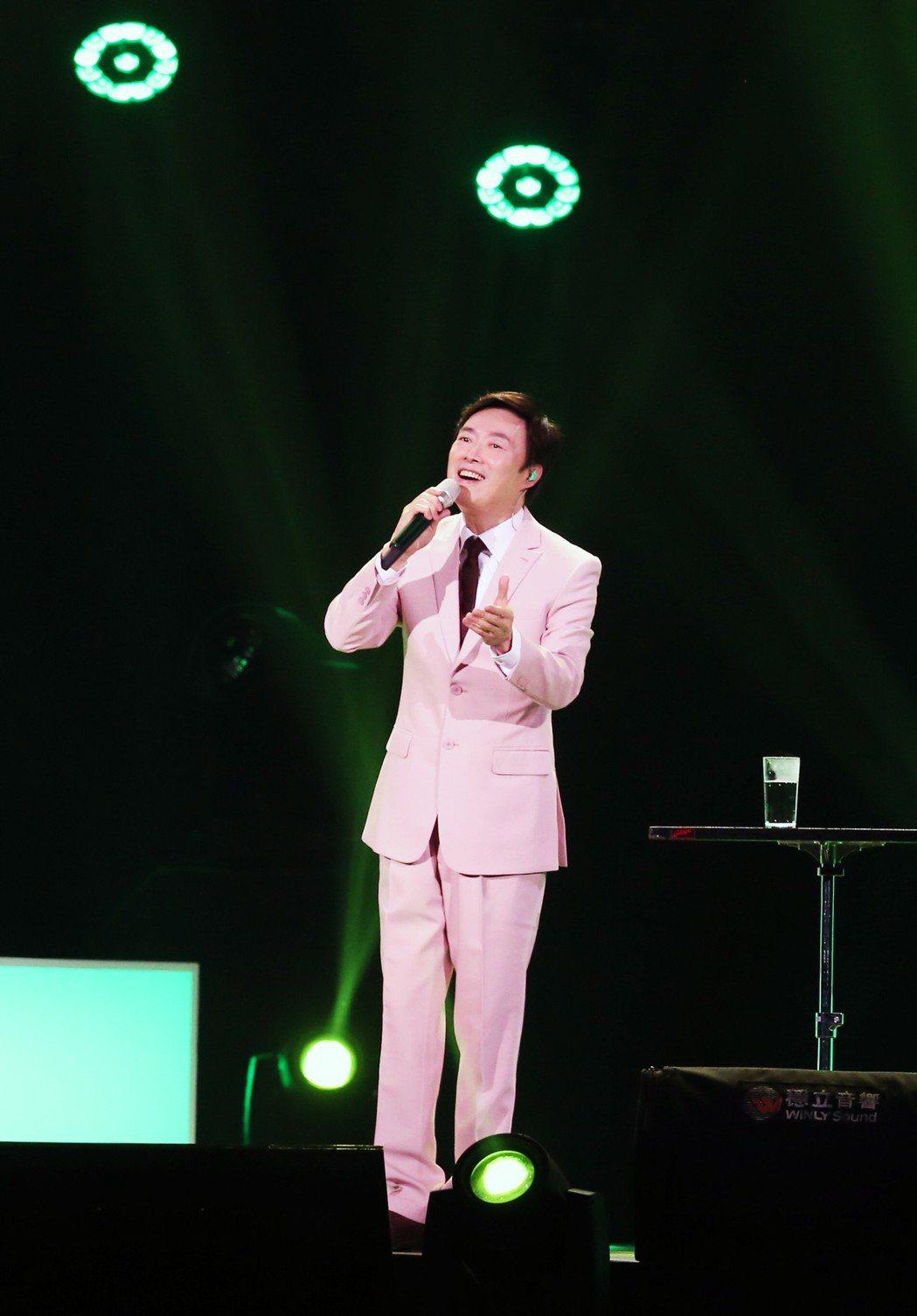 費玉清身著粉紅色西裝開唱。記者徐兆玄/攝影