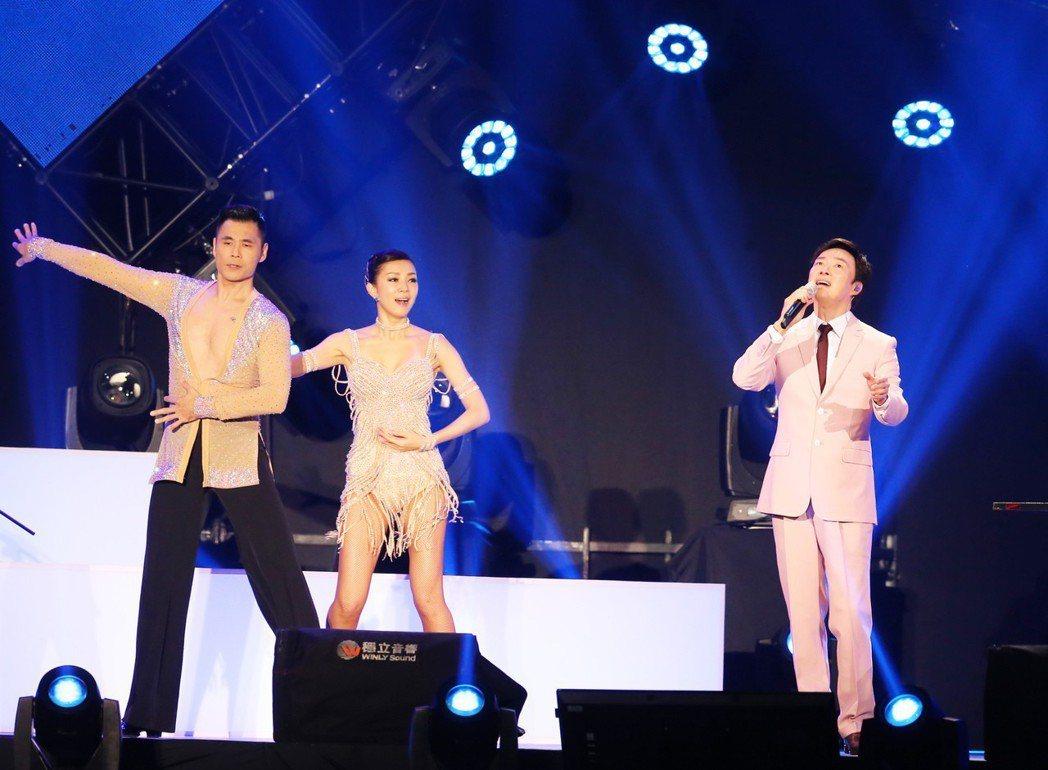 費玉清(右)的封麥演唱會舞台簡潔大方。記者徐兆玄/攝影