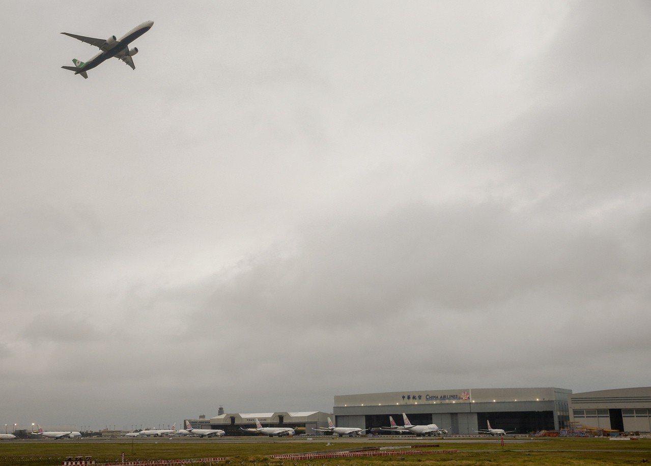 受到桃園市機師職業工會罷工行動影響,華航昨起取消多次航班,長榮航空等班機不停起飛...