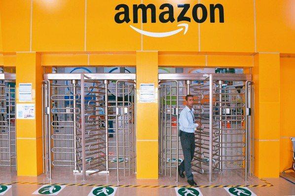 電商巨擘亞馬遜正逐步在印度鄉村建立物流網。這些地區相當落後,人口卻多達8億,他們...