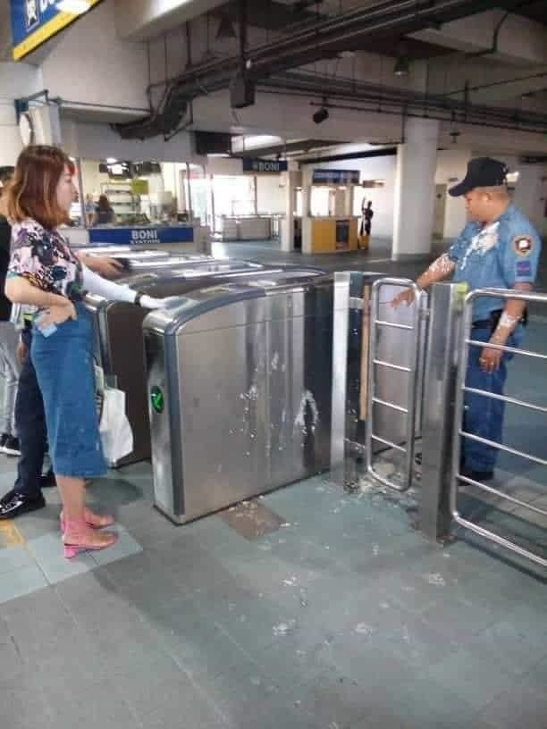 一名中國籍女子在菲國捷運站把豆花潑灑到執勤員警身上。圖擷自Pau Mesias臉...