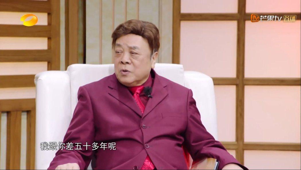 大陸資深主持人趙忠祥猜與林依晨差50幾歲。 圖/擷自芒果tv