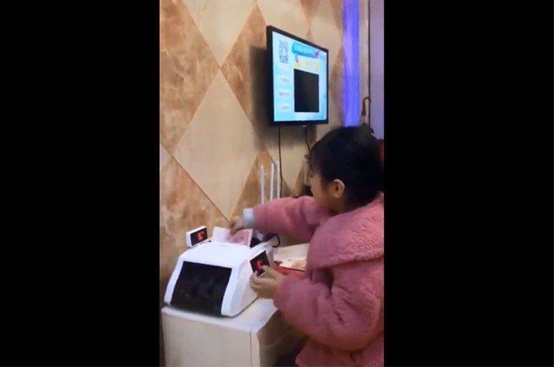 大陸女童紅包領太多,竟要出動點鈔機數鈔。圖擷自YouTube
