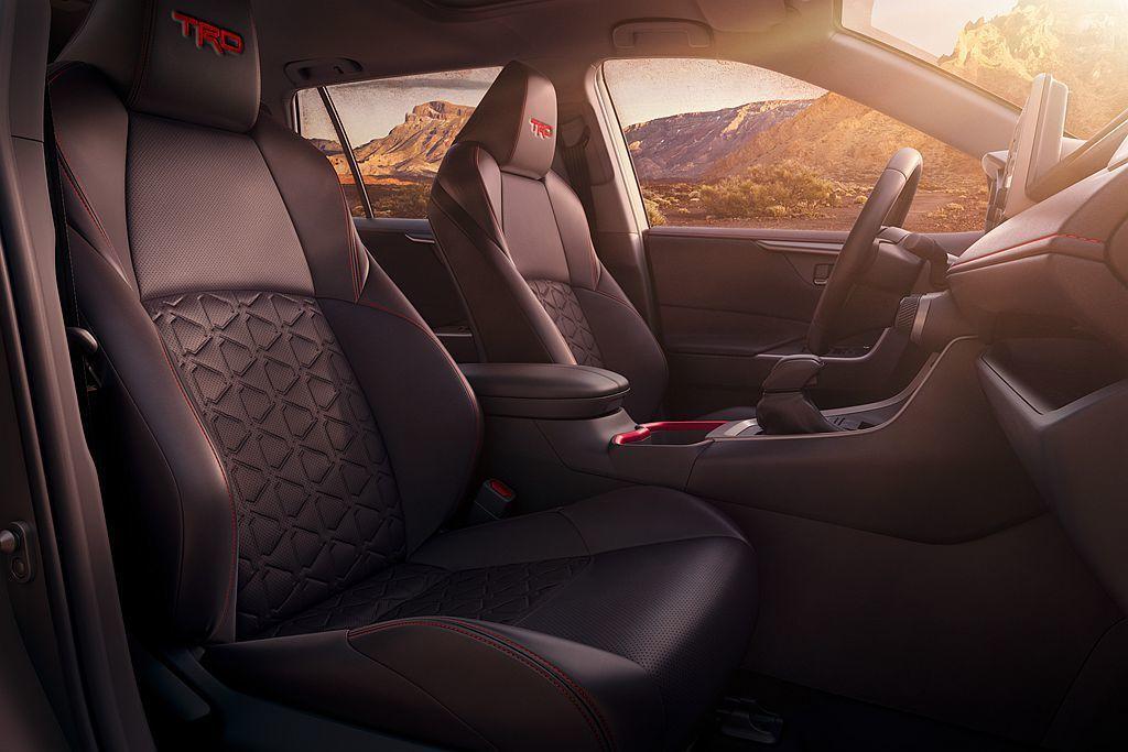 Toyota RAV4 TRD Off-Road頭枕有「TRD」專屬字樣,座椅表...