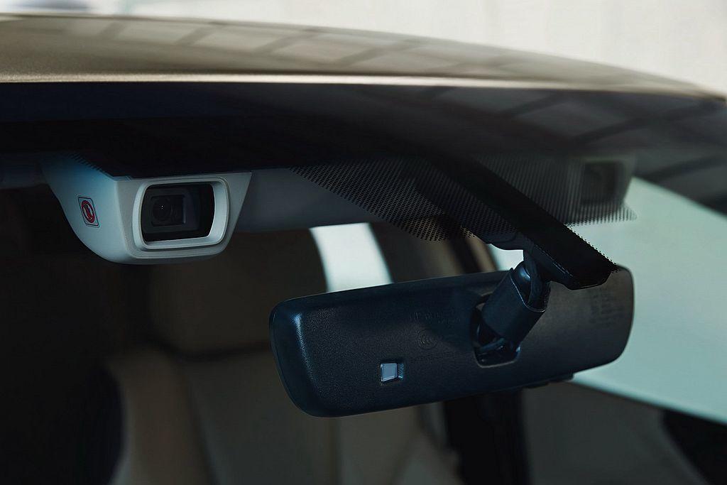 安全方面第七代Subaru Legacy配有8具防護氣囊、Eyesight主動安全防護系統、Subaru DriverFocus駕駛疲勞防護系統。 圖/Subaru提供