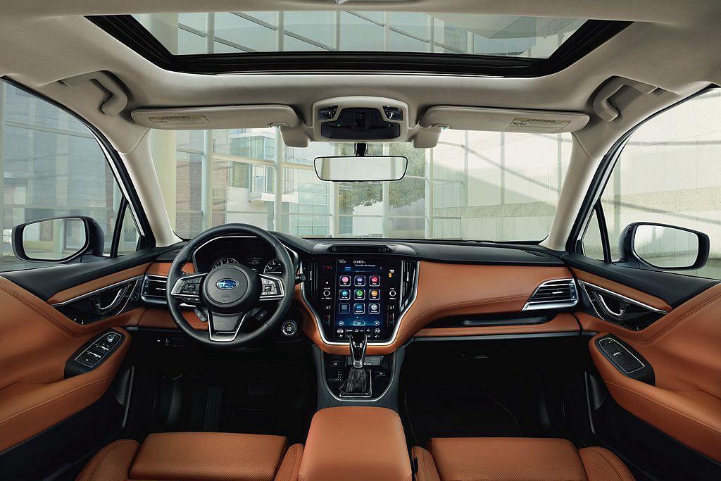全新第七代Subaru Legacy內裝鋪陳革新比外觀更多,如擴大飾板應用範圍以及Touring車型採用Nappa皮革包覆(Legacy首次採用)、鍍鉻裝飾門把手等。 圖/Subaru提供