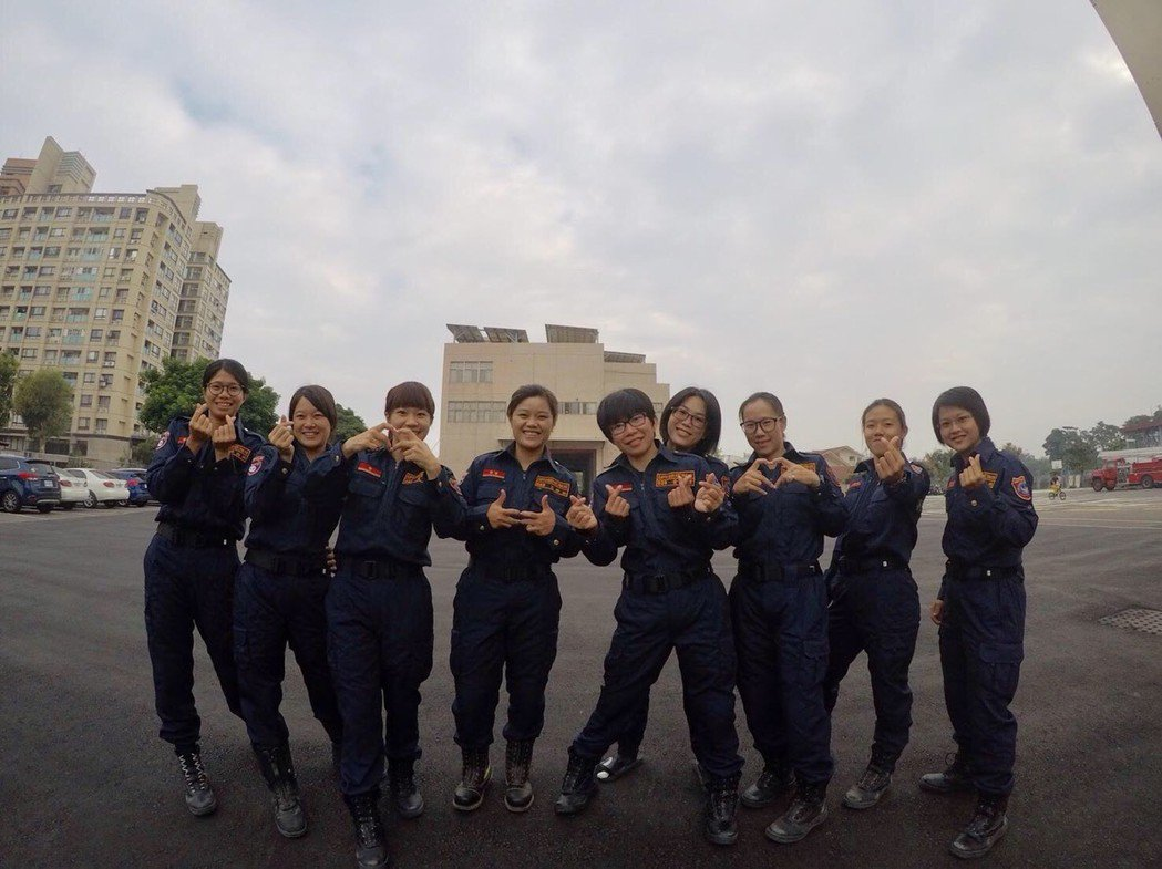 高市消防局去年舉辦第十三期救助訓練,就有九名女性消防隊員參與,其中四名女性幹部,...