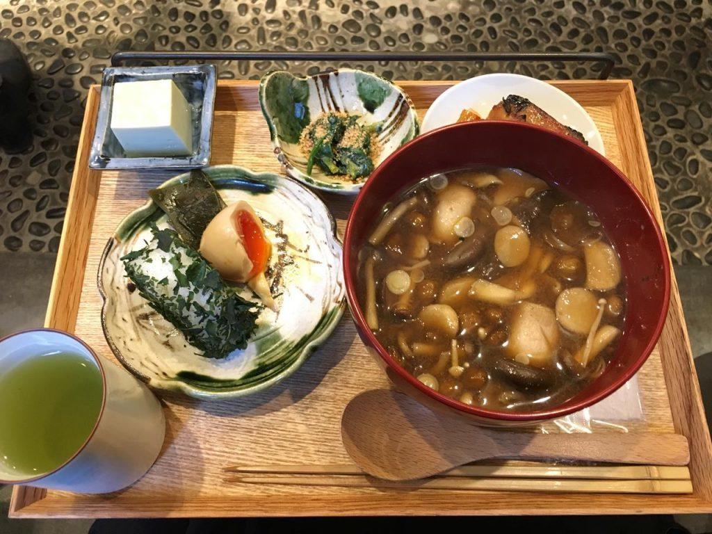 一個1280日幣的午餐配一大碗味噌湯、一個飯糰、半顆溏心蛋與三個小菜。