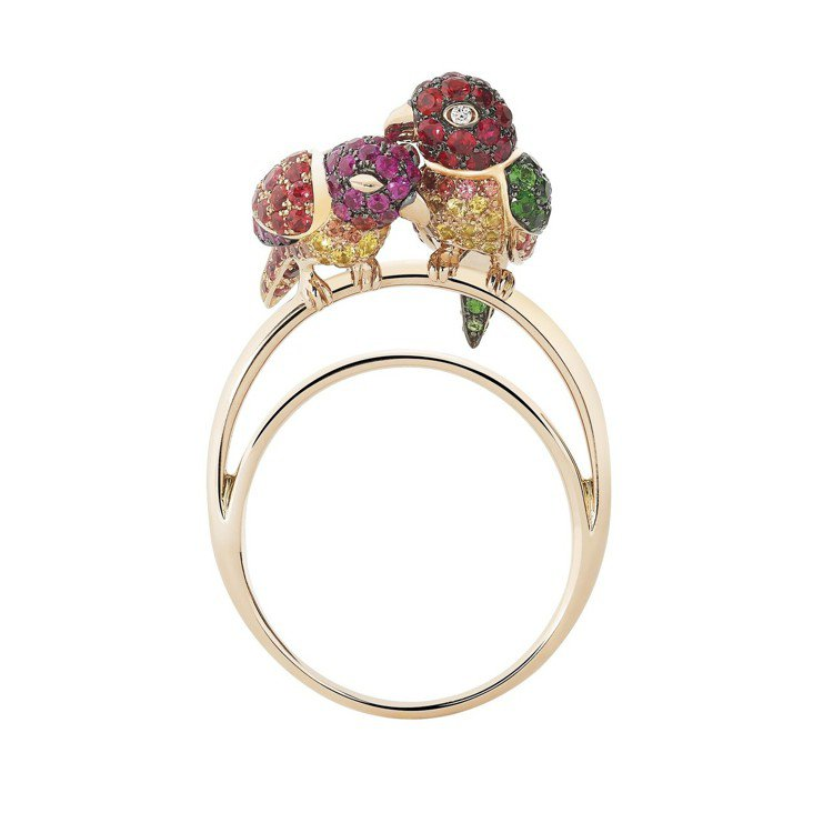 Ella 配戴的寶詩龍NURI 鸚鵡戒指,50萬9,000元。圖/寶詩龍提供