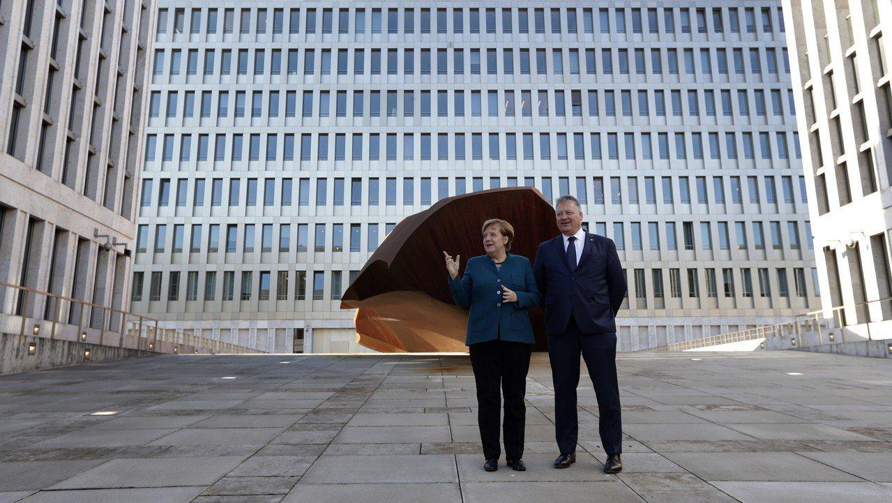 德國聯邦情報局的柏林新總部8日正式啟用,德國總理梅克爾(左)與情報局局長布卡爾(...