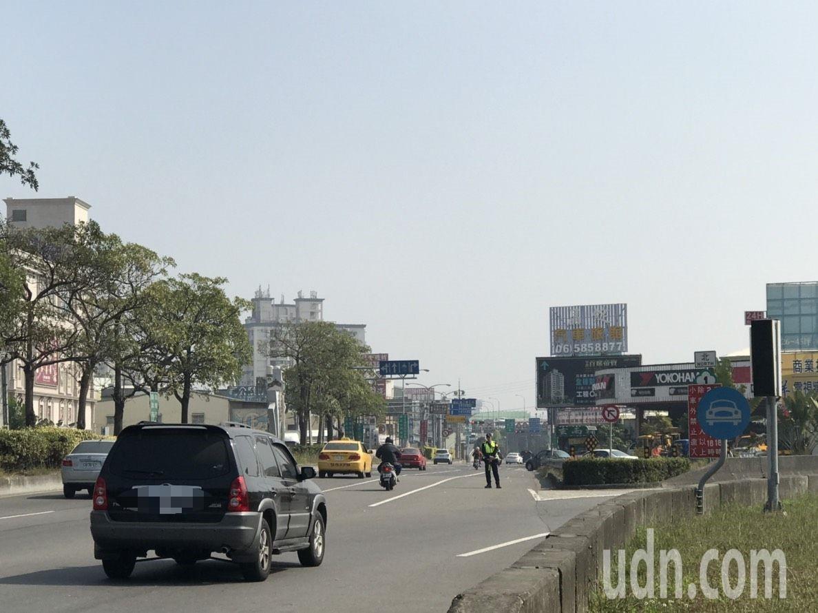 中山高台南路段上午車流少仍儀控管制,引發民眾不滿。記者周宗禎/攝影