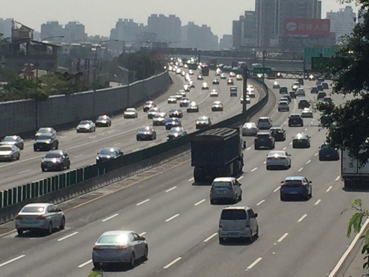 中山高速公路高雄市區段上午現北上車潮(左邊車道),車行還算順暢。記者楊濡嘉/攝影