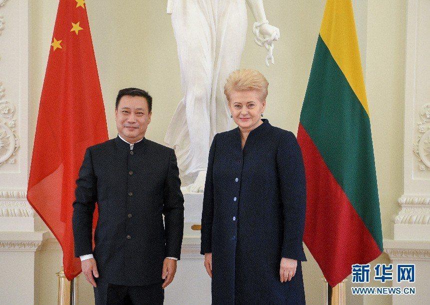 中國駐立陶宛大使申知非(左)與立陶宛總統格里包斯凱特合影。(新華網)