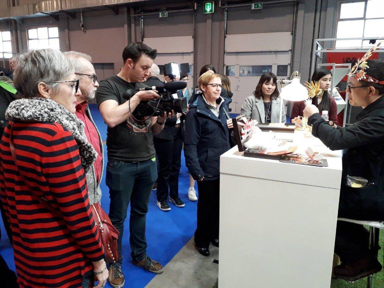 比國媒體拍攝紙雕藝術家洪新富示範剪紙技巧。圖/取自駐歐盟兼駐比利時代表處網頁