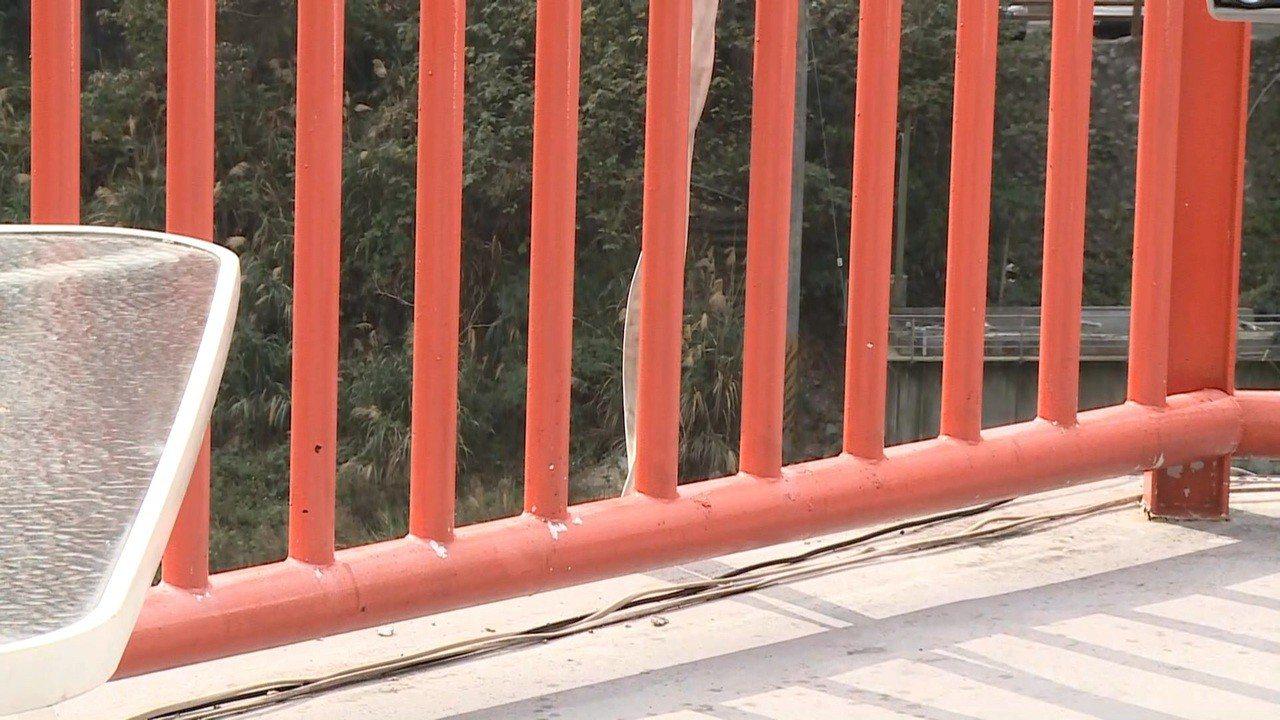 一名1歲4個月大的謝姓女童昨天跟家人到台中谷關玩,從停車場觀景台的欄杆縫隙掉落大...