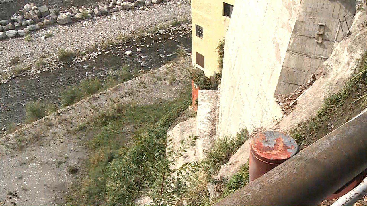 一名1歲4個月大的謝姓女童昨天從欄杆縫隙掉落至深度約7、8層樓高的大甲溪河床,搶...
