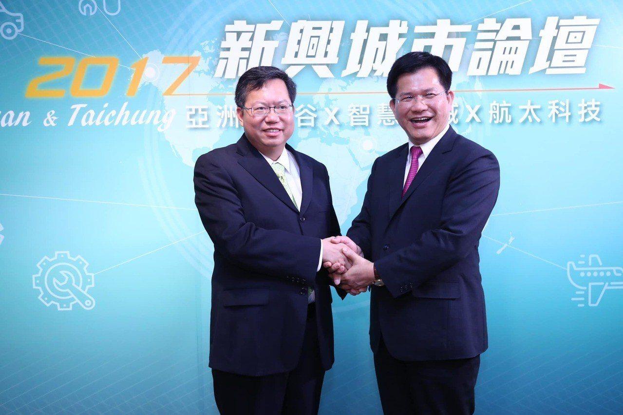 交通部長林佳龍(右)在臉書強調與桃園市長鄭文燦(左)向來通力合作。圖/擷自林佳龍...