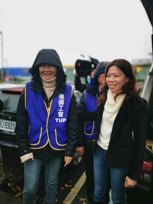 機師工會理事長李信燕(右)下午一點半召開記者會,表示已有400名華航機師參與罷工...