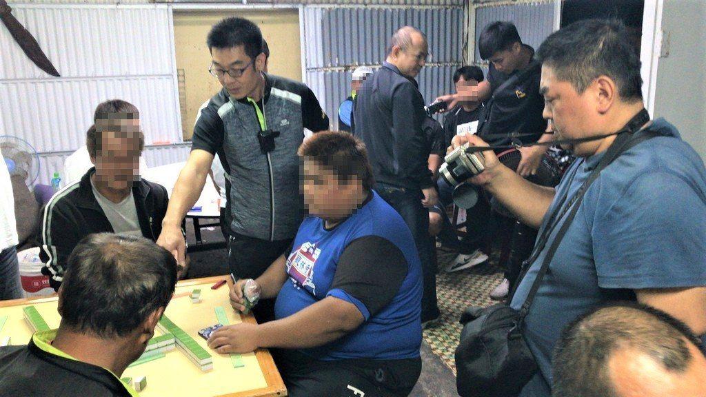 屏東縣恆春分局昨晚在恆春鎮大光里一間鐵皮屋查獲12名男子以麻將、撲克牌聚賭,因所...