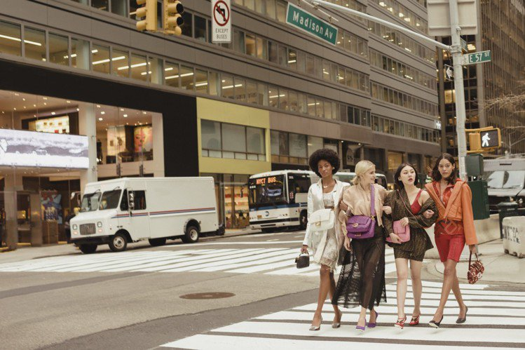 FENDI以《慾望城市》的經典畫面訴說Baguette包款的經典。圖/FENDI...