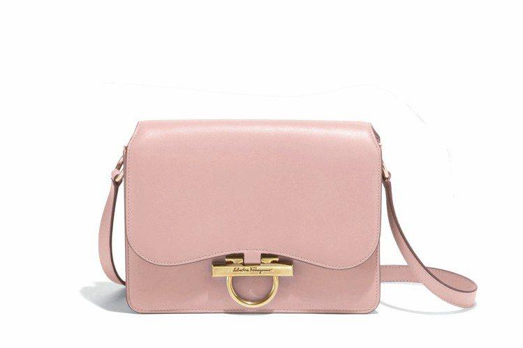 JOANNE淡粉色小牛皮肩背包(中),64,900元。圖/Ferragamo提供