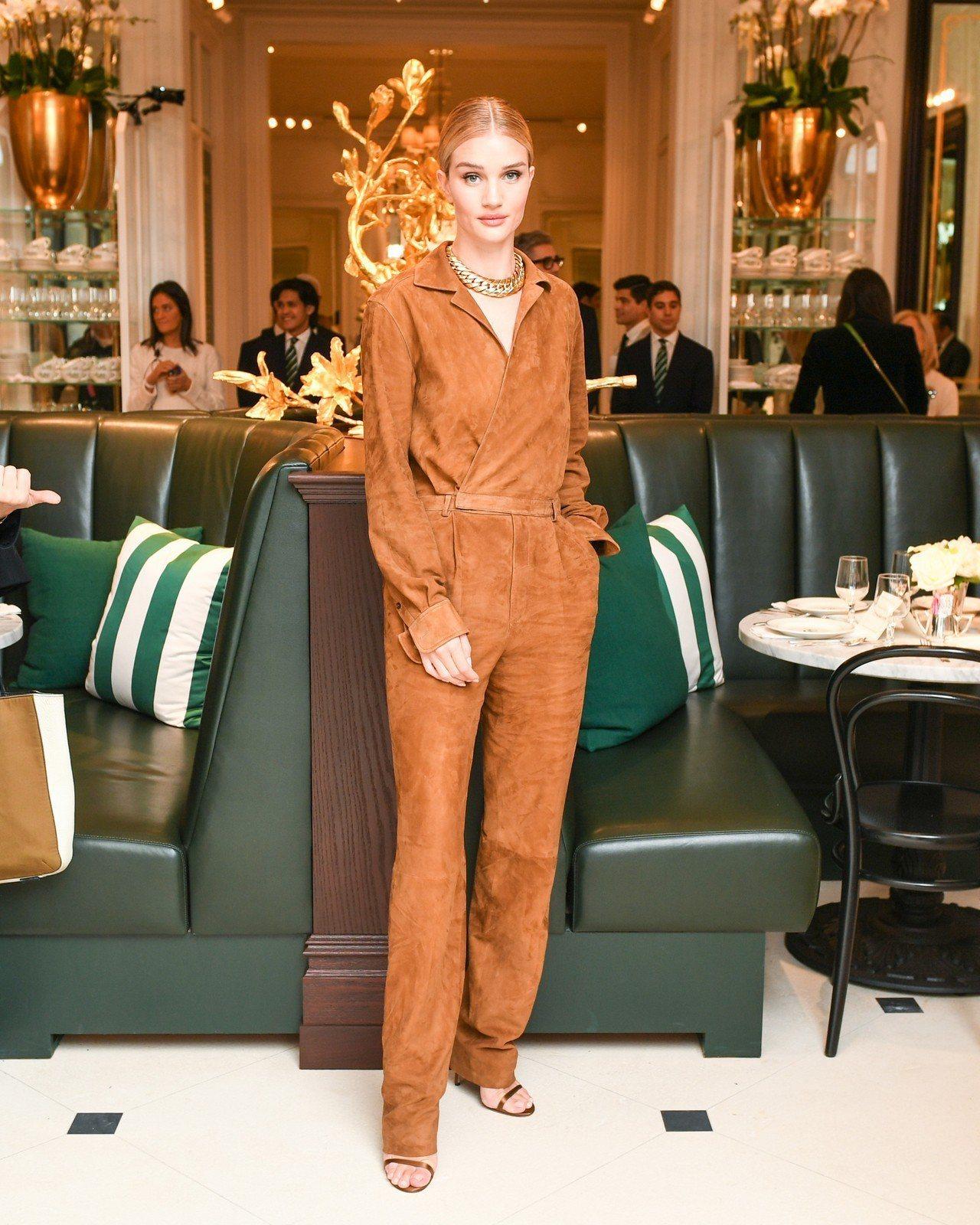 超模蘿西杭亭頓懷特莉穿著Ralph Lauren Collection 2019...
