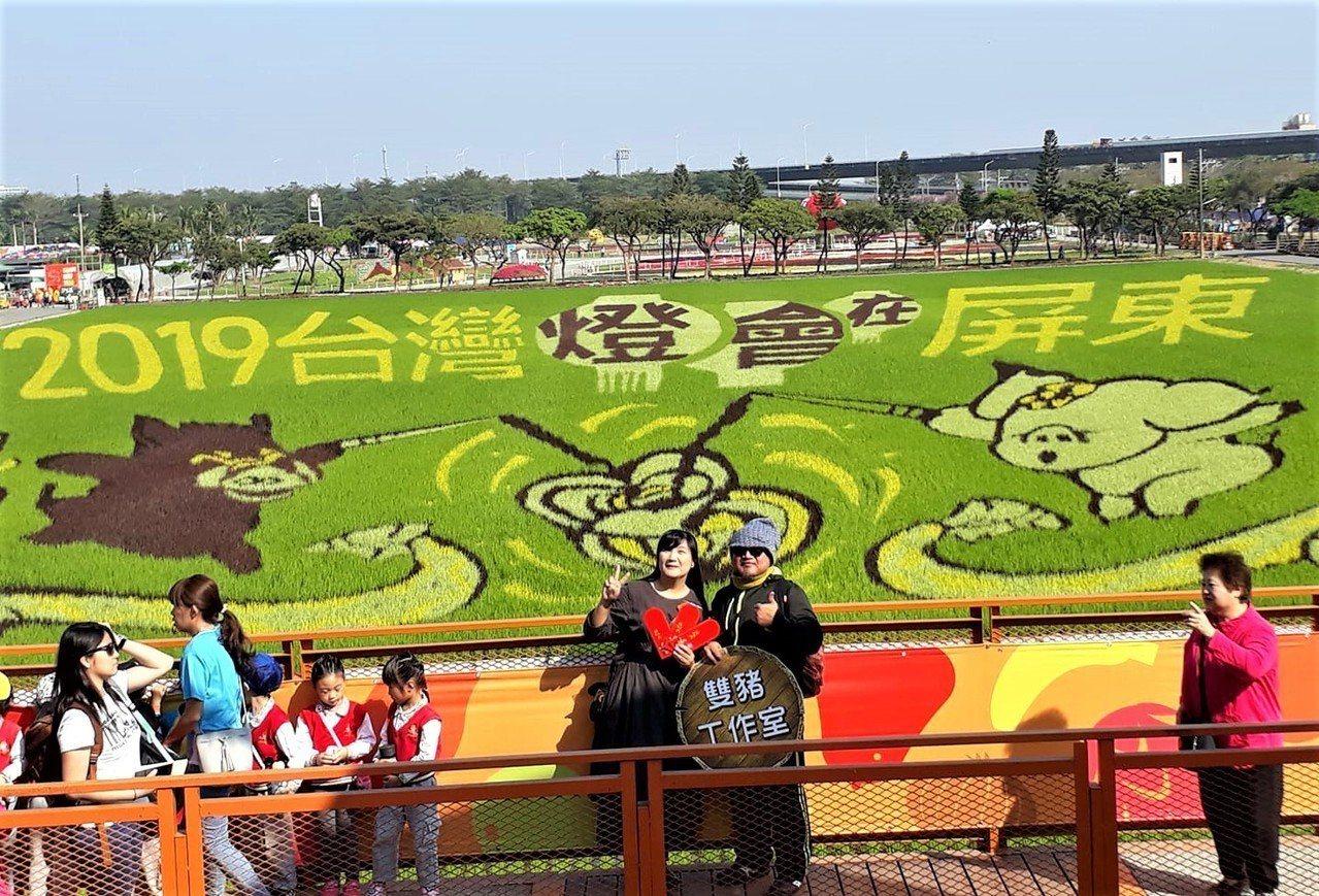 屏東熱博每年都是目光焦點的彩繪稻田,今年由魯凱族藝術家杜寒菘設計,搭配今年生肖豬...