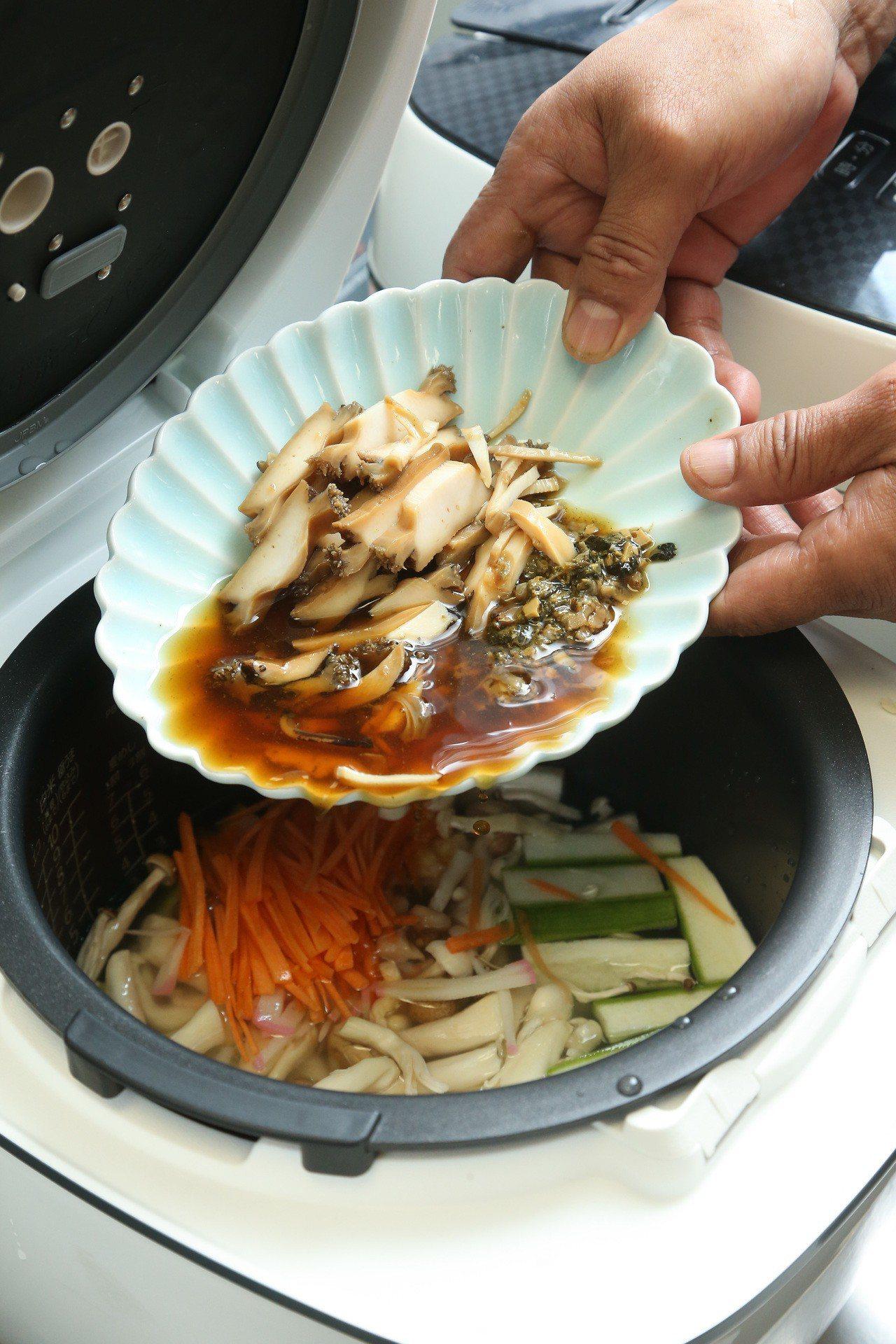 「時蔬鮑魚粥」步驟5,將洗淨的米放入電鍋後,再依序將各種食材放入電鍋中,以一杯米...