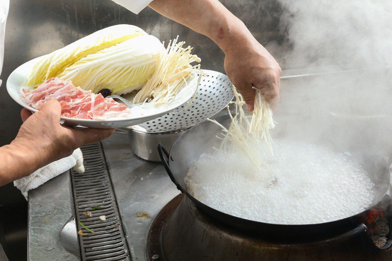 「川味砂鍋魚」步驟3,將美白菇、金針菇、日本冬粉、黑木耳、豬肉片川燙到7分熟後起...