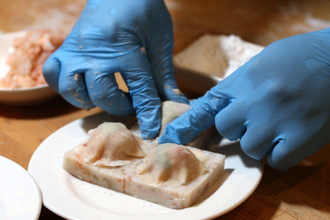 「蘿蔔糕蝦多士」步驟3將肉泥捏成小圓球狀,放在蘿蔔糕上後,再以雲吞皮包覆上。記者...