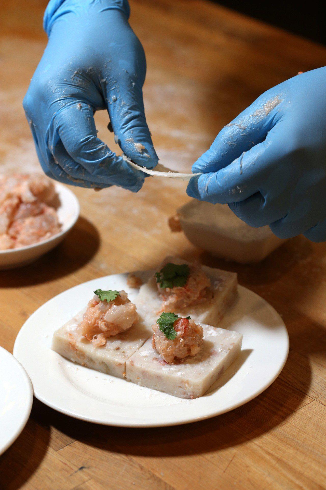 「蘿蔔糕蝦多士」步驟1、2,蝦子去頭去腸泥後切碎,豬皮切碎,兩者充分混合。蘿蔔糕...