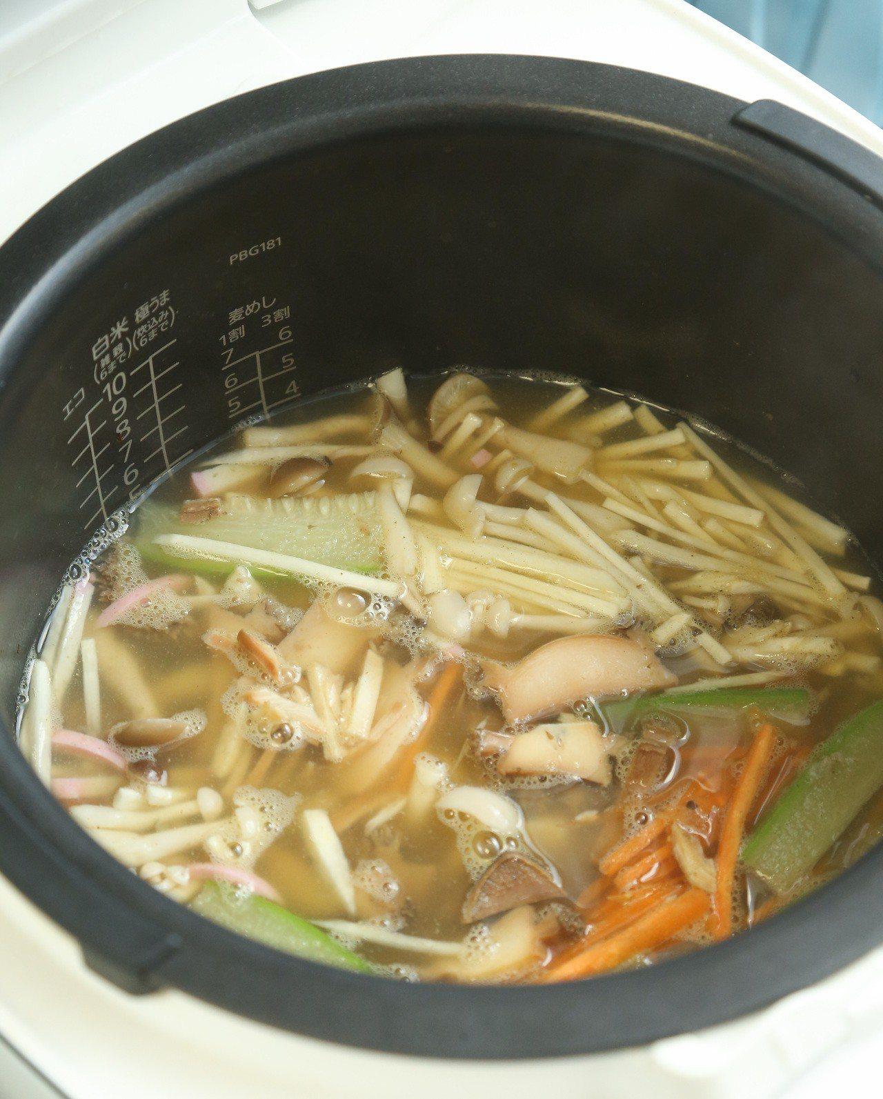 「時蔬鮑魚粥」步驟6,起鍋後再依照個人喜好,可加入蛋花、蔥花、海苔,或是溫泉蛋等...