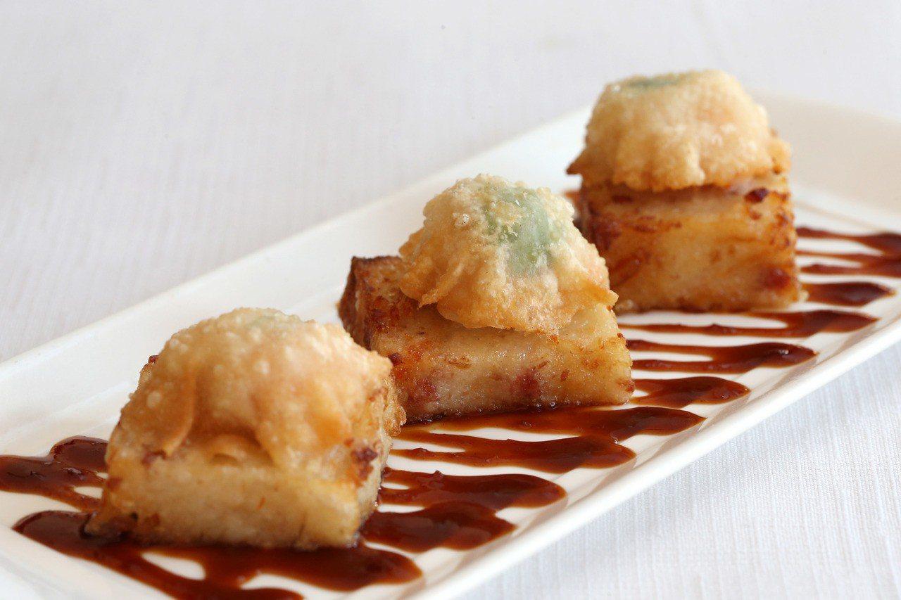 蘿蔔糕蝦多士搭配蠔油一起享用。記者邱德祥/攝影
