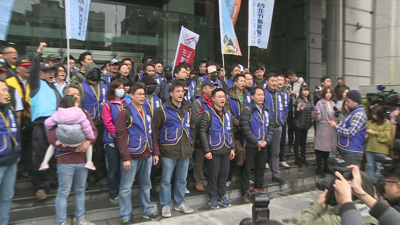 華航機師罷工,影響許多旅客,對此立委呼籲應修訂「罷工預告期」,保障勞工與消費者權...
