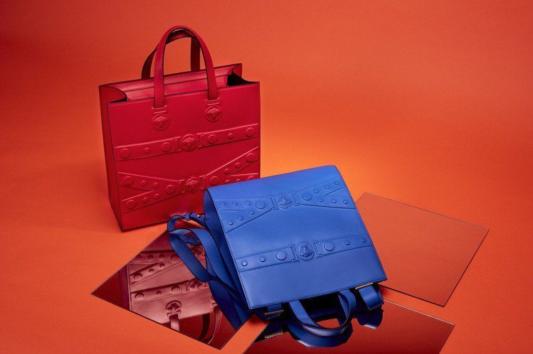 Versace Tribute X 系列亮紅方型提包45,500元,寶藍方型背包...