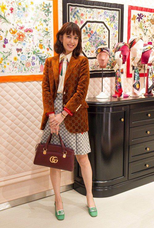 陳庭妮拎Arli系列系列酒紅色皮革手提包,99,500元。圖/Gucci提供