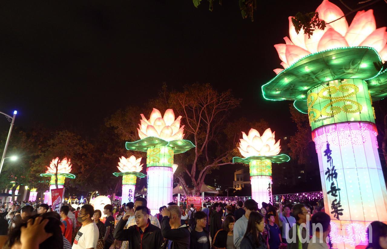 高雄燈會金銀河今晚舉行開幕活動,頗受爭議的蓮花燈區湧入爆滿群眾。記者劉學聖/攝影