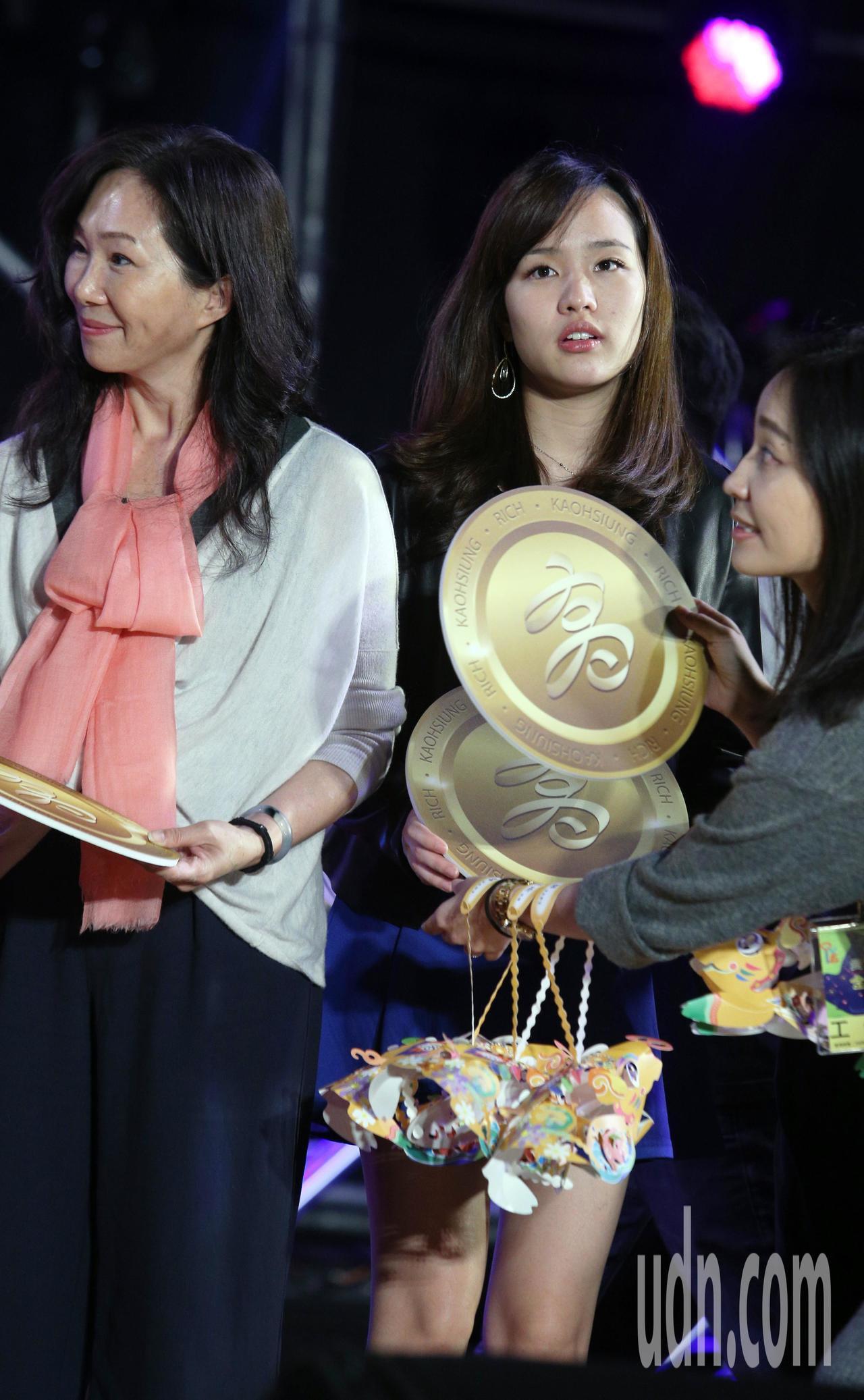 高雄市長韓國瑜夫人李佳芬(左)與韓冰(右)今晚參加高雄燈會金銀河開幕活動。記者劉...