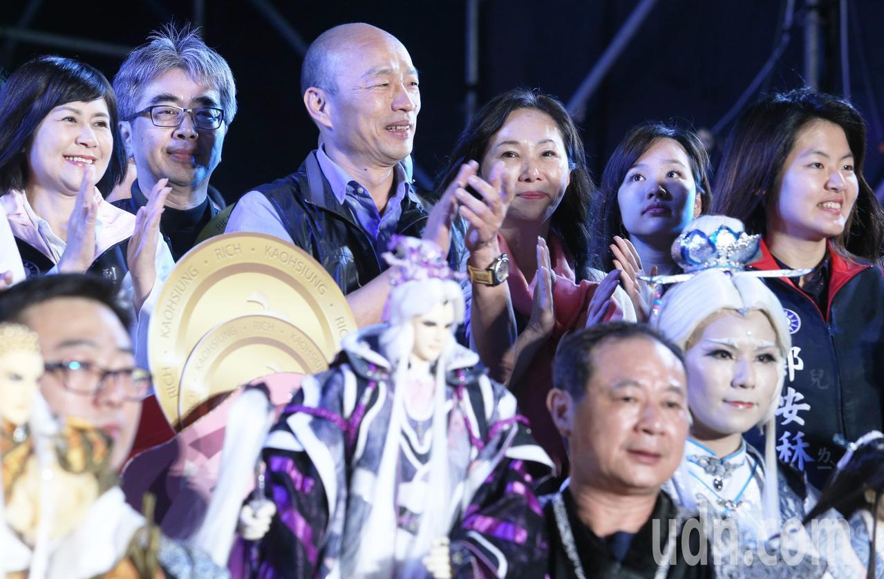 高雄市長韓國瑜全家今晚特地盛裝參加高雄燈會金銀河開幕活動。記者劉學聖/攝影
