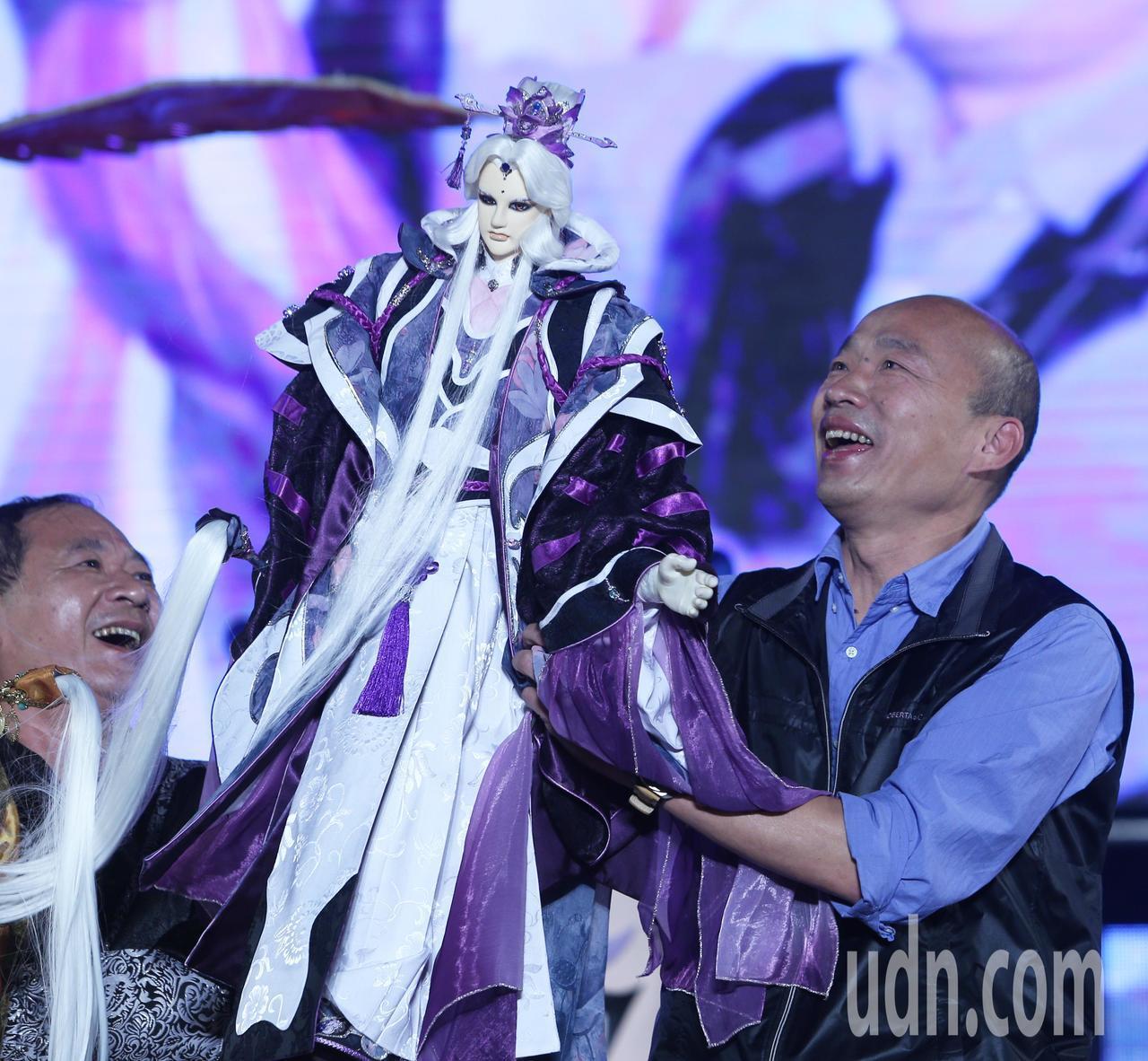 高雄市長韓國瑜今晚手拿素還真布袋戲偶出席高雄燈會金銀河開幕活動。記者劉學聖/攝影