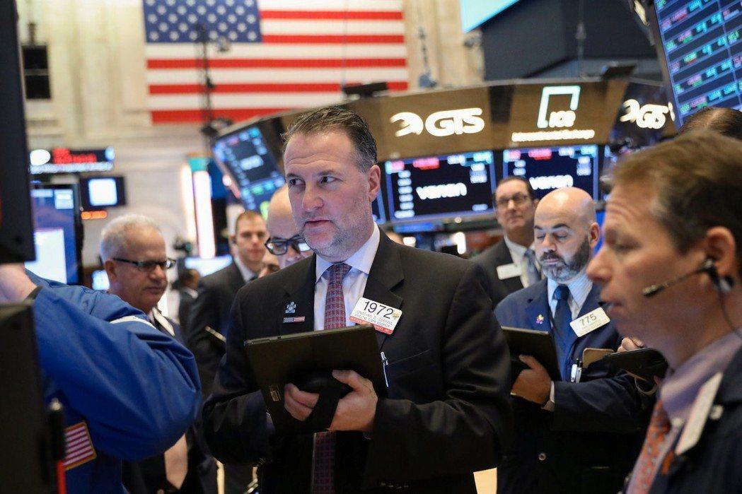 美股道瓊指數8日臨收盤前收復大半失地,保住2017年11月以來最長周線漲勢。 路...
