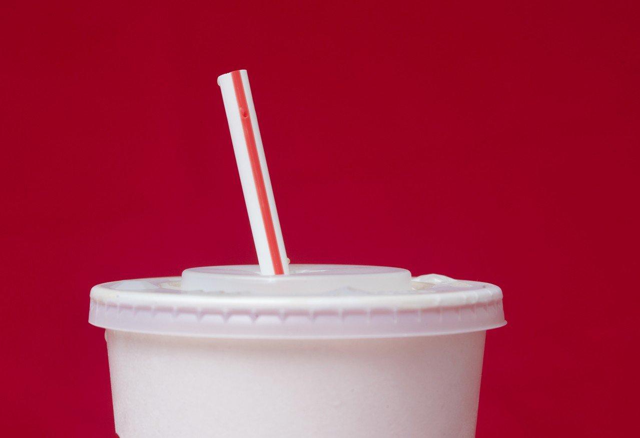 日本決定,4月起,中央政府機關自助餐廳原則上禁用塑膠吸管和餐具,而且不再向會議與...