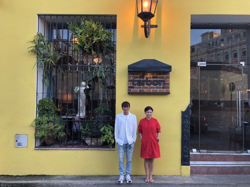 吳建恆與姚黛瑋在餐廳外合照。圖/吳建恆提供