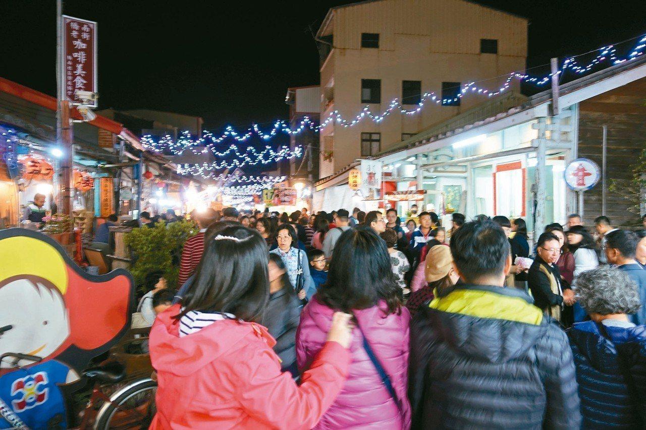 台南鹽水月津港燈節帶動下,人潮擠爆橋南老街及美食區。 記者吳淑玲/攝影