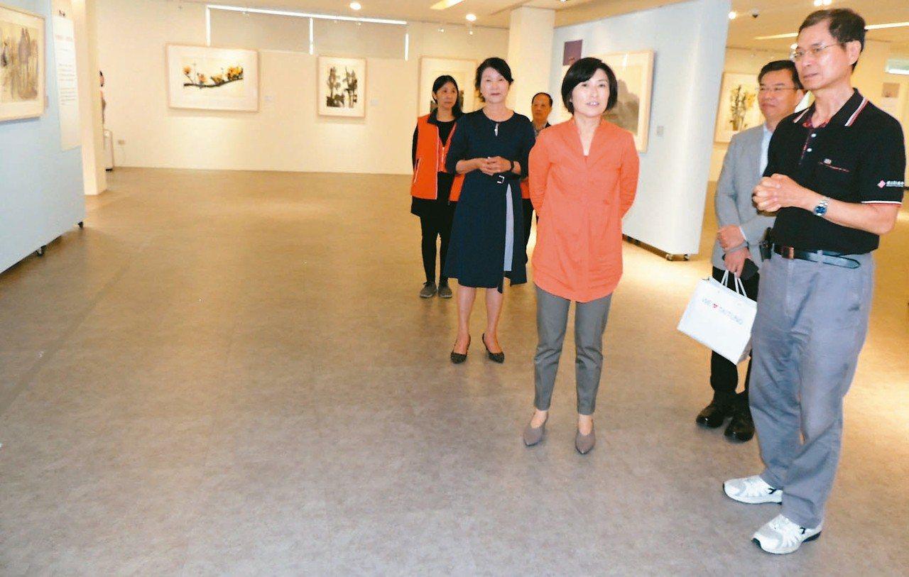 台東縣長饒慶鈴(右三)昨參觀席德進畫展。 記者羅紹平/攝影