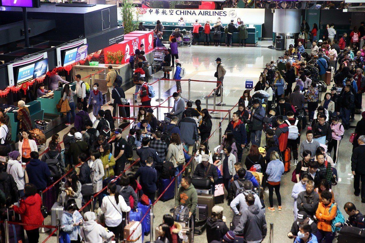 中華航空公司機師罷工進入第三天,圖為桃園機場第二航廈華航櫃台運作情形。 記者陳嘉...