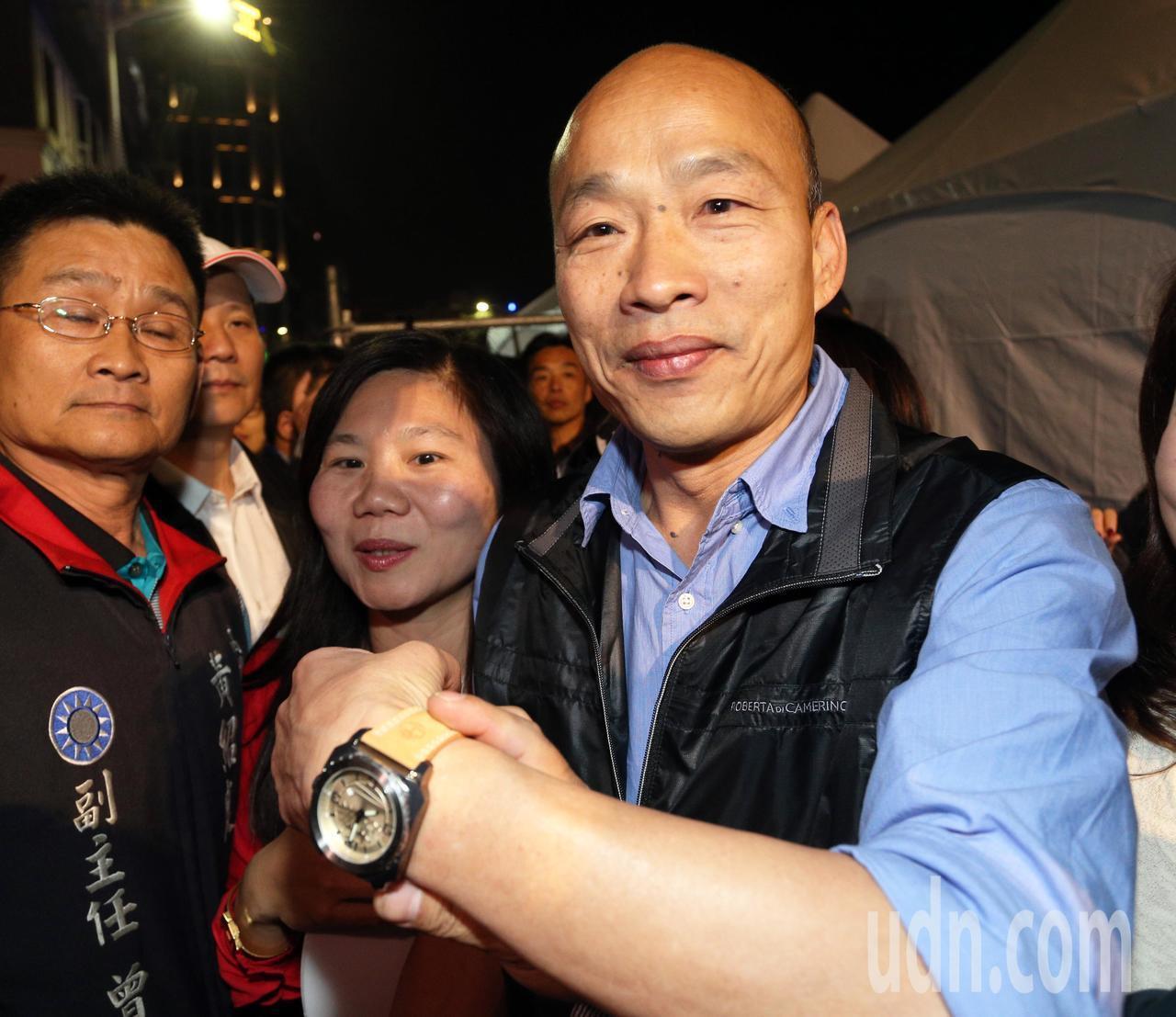 高雄市長韓國瑜(右)透露他手上戴的手錶是王世堅送給他的新年禮物。圖/聯合報系資料...