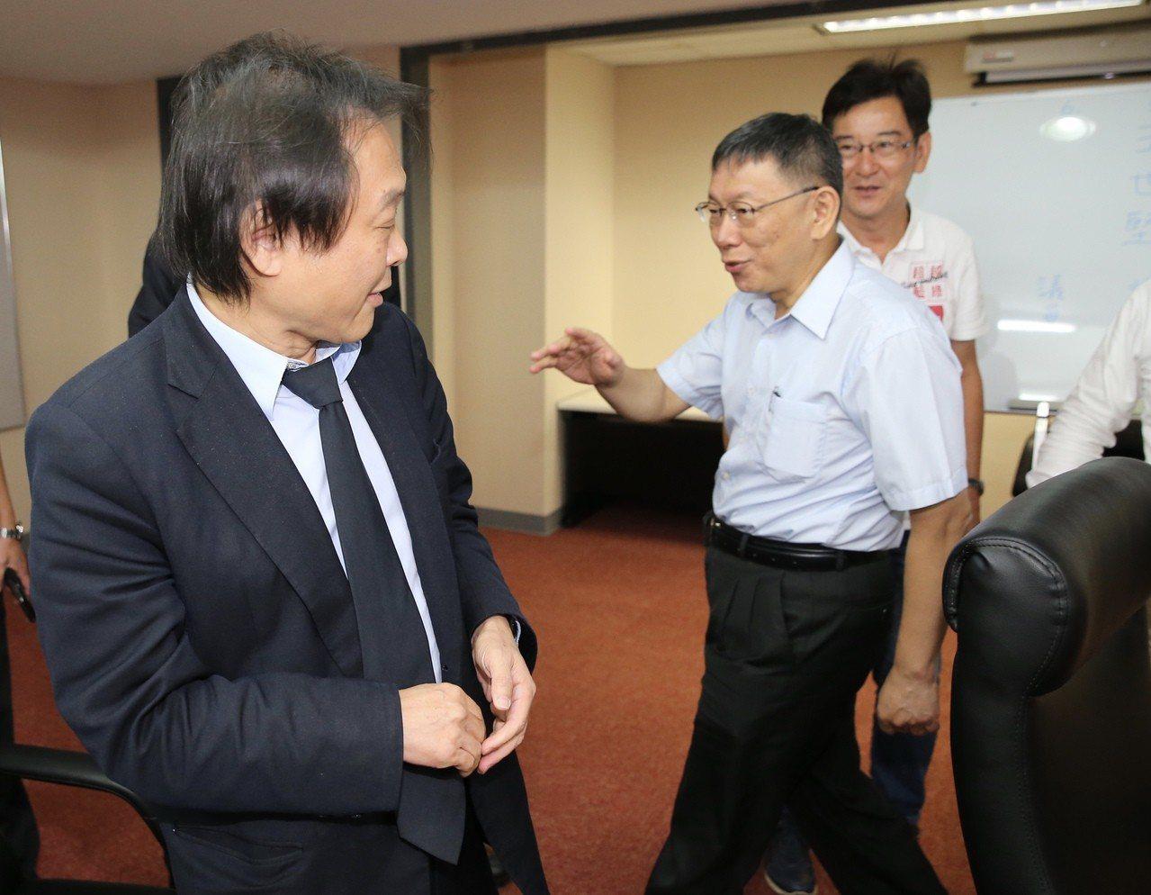 台北市長柯文哲(右)前往議會拜會議員時「巧遇」議員王世堅(左),柯揮了揮手直說「...